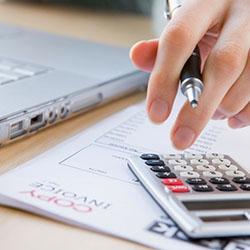 Pagas estratégicamente otras cuentas para que el Pagas algunas cuentas más tarde para que el dinero de la cuenta no se acabe antes del